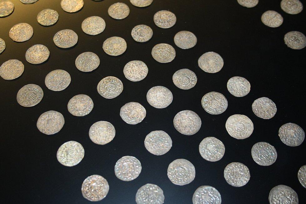 V Poděbradech je vystaven unikátní poklad téměř čtrnácti set stříbrných mincí.