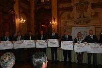 Starostové s diplomy ve Valdštejnském paláci