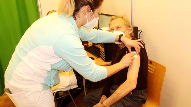 Očkovací centrum v Nymburce naočkuje po Kolíně nejvíce lidí v kraji za týden.