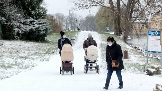 První sníh zimní sezony 2020/2021 v Nymburce.