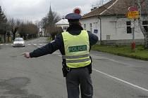 Policie hledá dva lupiče, kteří přepadli benzinku v Nymburce