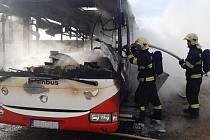 Požár autobusu v Nehvizdech.