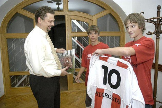 Starosta Lysé nad Labem Jiří Havelka dostal od místních žáků dres.