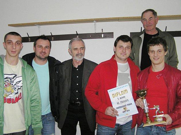 Zástupci týmu Tsunami Nymburk přebírali cenu pro vítěze Poděbradského poháru