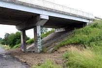 Demolice mostu v dezolátním stavu a výstavba nového je důvodem objížďky na jičínském tahu u obcí Činěves a Dymokury.