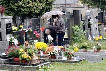 V neděli odpoledne se po nymburském hřbitově pohybovalo jen několik rodin a jednotlivců, kteří pokládali květiny a zapalovali svíčky.