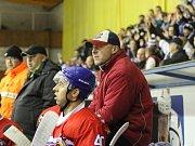 PAVEL BIČIŠTĚ, trenér nymburských hokejistů, bedlivě sleduje počínání svých svěřenců na ledě.