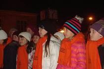 Na nymburském náměstí zpívalo kolem tří set lidí při akci Česko zpívá koledy.