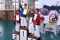 ZLATO. Jedna nejcennější medaile putovala zásluhou Dominika Zachaře (druhý zleva) i do Milovic