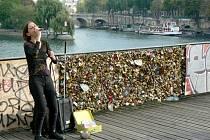 Na jednom z pařížských mostů