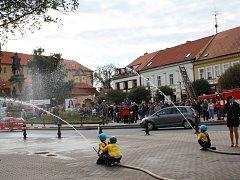 Hasiči pokřtili nový moderní vůz a příchozí na Jiřího náměstí si užili hasičský program s živou hudbou, dětskými požárními útoky a výstavou hasičské techniky.