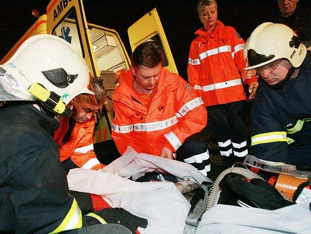 Záchranáři bojují o život sraženého muže.