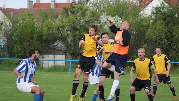 Z okresního fotbalového derby krajské I.B třídy Sadská - Slovan Poděbrady (1:1)