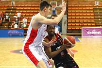 Jsou ve finále. Basketbalisté Nymburka (v černém) vyhráli nad Brnem i třetí zápas a v nejkratší možné době postoupili do finále. V něm vyzvou Kolín nebo Opavu