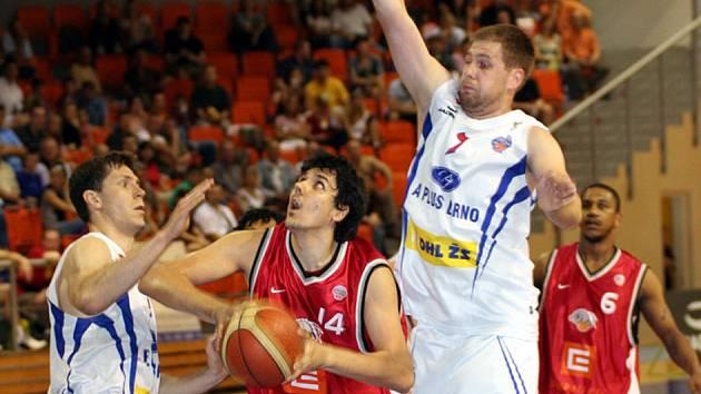 Basketbalisté Nymburka rozhodli o své druhé semifinálové výhře v posledních vteřinách utkání. Nyní jim stačí jedna výhra a budou popáté v řadě ve finále Mattoni NBL.