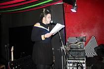 Z poeticko-hudebního večera Kýchání do sazí v klubu U Strejčka na Malých Valech v Nymburce.