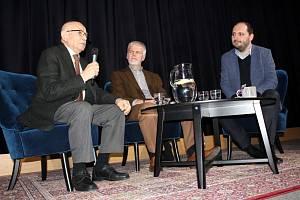 Diskutovat o výročí 20 let ČR v NATO přijeli do nymburského kina Luboš Dobrovský a Petr Pavel.