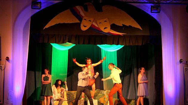 Sokolské divadlo Jilemnice, jež hrálo v Lázních Toušeň v neděli 28. dubna