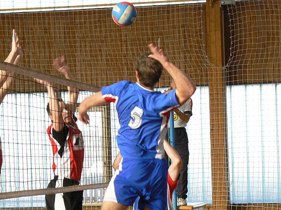 Volejbalisté Nymburka (na bloku) sice poslední dva zápasy vyhráli, ale na postup to nestačilo.