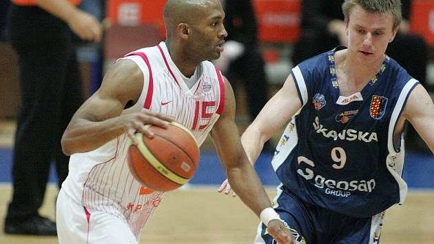 Ze třetího semifinále basketbalové Mattoni NBL Nymburk - Prostějov 106:73.