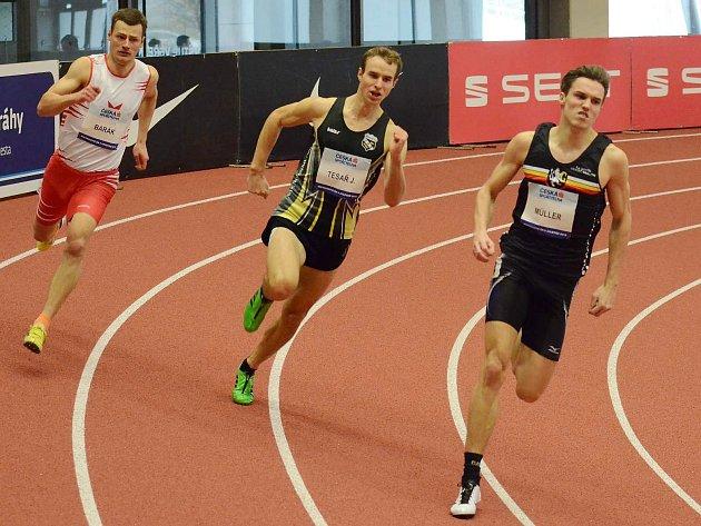 DRUHÝM VICEMISTREM republiky v běhu na 400 metrů se v nové ostravské hale na mistrovství republiky stal borec nymburského oddílu Vít Müller (vpravo). Navíc si vytvořil nový osobní rekord