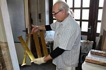 Umělecký lakýrník a pozlacovač Ivan Vondráček nám ukázal, jak se zlatí číslice hodin ze Staroměstské radnice.