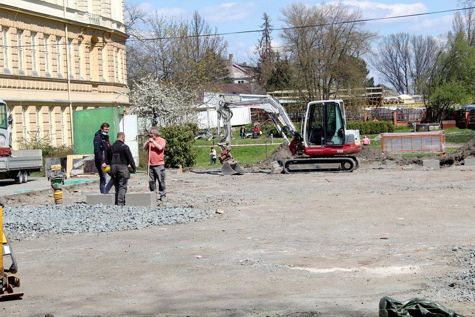 Školáci ze ZŠ Tyršova se po letech dočkají nového víceúčelového sportovního hřiště, které jim bude sloužit jak při hodinách tělocviku, tak při dalších odpoledních aktivitách.