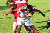 Záložník Ostré Mohamed Camara si kryje míč před dotírajícím Tomášem Jelínkem ze Slovanu Lysá. Camarův tým vyhrál 2:0.
