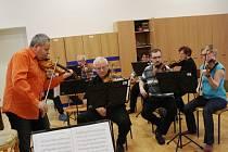 Nymburský komorní orchestr při jedné ze svých zkoušek před koncertem.