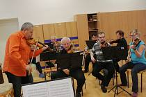 Nymburský komorní orchestr na jedné ze svých posledních zkoušek před koncertem v kostele sv. Jiljí.