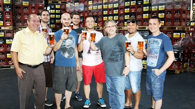 DEJ BŮH ŠTĚSTÍ je přípitek v nymburském pivovaru. Už to vědí i No Name a spolu s Daliborem Jandou a ředitelem Pivovaru Nymburk Pavlem Benákem (vlevo) připíjí našim čtenářům na zdraví!