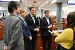 Jednání středočeských zastupitelů se v pondělí setkalo se značným zájmem médií. Na snímku zástupci opozice – zprava Jan Skopeček (ODS), Martin Kupka (ODS), Věslav Michalik (STAN).