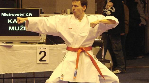 Karatista klubu Karate-Do Sokol Nymburk Jiří Bašus předvádí své umění na mistrovství republiky