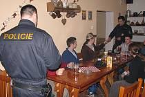 Kontroly nalévání alkoholu mladistvým budou pokračovat.