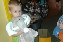 Matýsek se svým slonem, kterého dostal od polského Ježíška.