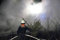 Další požár na letišti Boží Dar likvidovali ve čtvrtek večer hasiči z poloviny okresu.