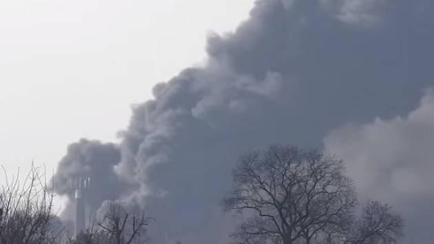 Vyhlášení II. stupně požárního poplachu si v pátek dvě hodiny před polednem vyžádal rozsáhlý požár v průmyslovém areálu v Mochově na Praze-východ.