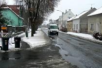 Opravy Revoluční ulice budou především znamenat odstranění dlažebních kostek z povrchu silnice.