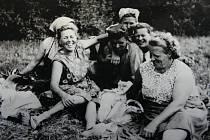 Pauza na svačinku a odpočinek. Bývalo tu veselo, žně 1947.