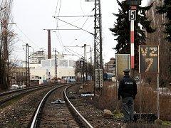Srážka vlaku s mužem skončila smrtí. Vlak stál na přejezdu, dokud policisté šetřili okolnosti sebevraždy a ostatky těla.