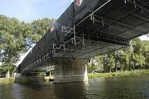 Rekonstrukce železničního mostu v Nymburce by měla skončit za čtyři týdny.