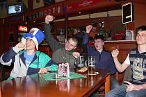 Hokejové derby mezi Čechy a Slováky sledovala řada fenoušků v restauracích