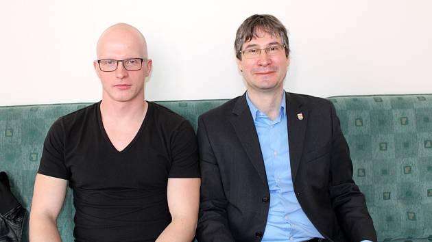 Bobista Jan Šindelář po návratu z olympiády na setkání se starostou Pavlem Fojtíkem.