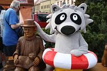 Socha Hrabala na náměstí Přemyslovců v Nymburce.