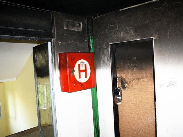 Třetí patro paneláku, kde došlo k tragédii