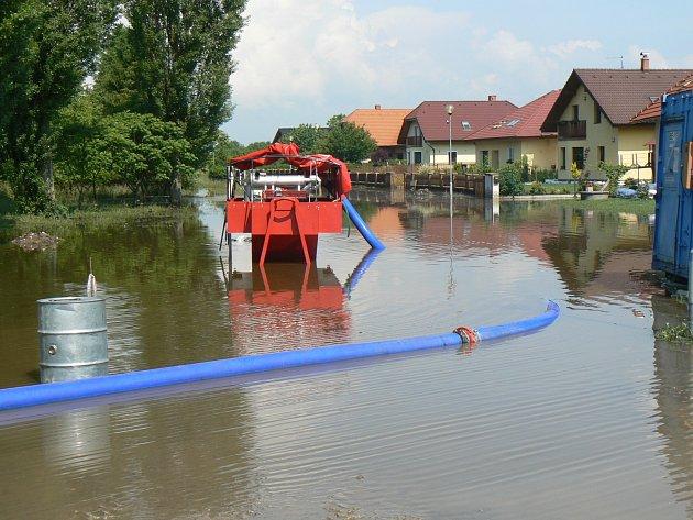 Výkonné čerpadlo z Moravskoslezského kraje, kterým hasiči odčerpávají vodu ze zatopeného území v Úmyslovicích.