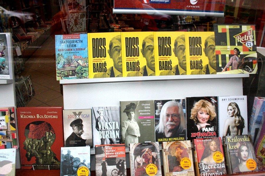 Ve výloze nymburského knihkupectví na Palackého třídě vládnou ve volební dny politická témata.