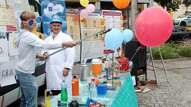 Z naučně zábavné show Smokeman zasahuje na Náměstí Přemyslovců v Nymburce.