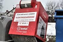 Poničený kontejner na elektroodpad v Poděbradech.