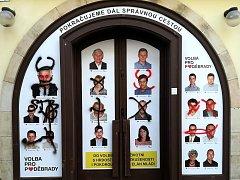 Neznámý vandal posprejoval kancelář hnutí Volba pro Poděbrady současného starosty Ladislava Langra.